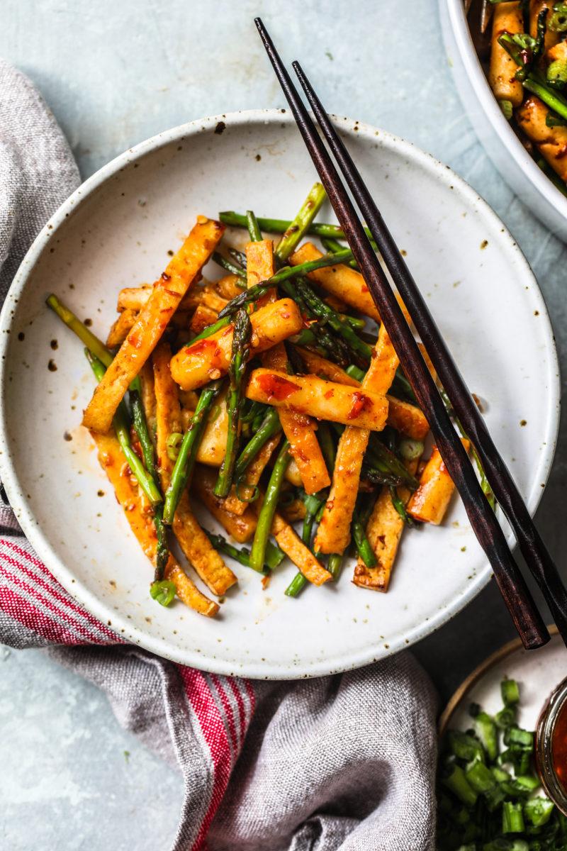 Home made Rice Cake(Toppoki) Stir Fry with Asparagus and Tofu
